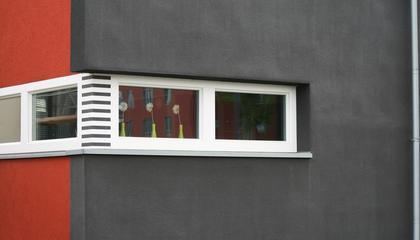 schwarz/rotes Haus mit schmalen Fenstern